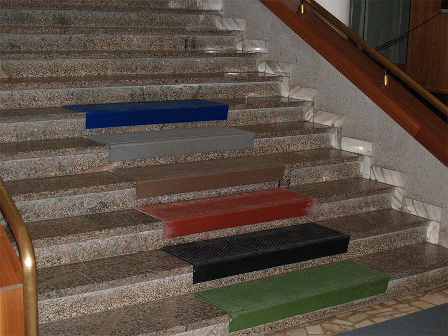 устанавливаемые чем покрыть ступени лестницы против скольз для частных